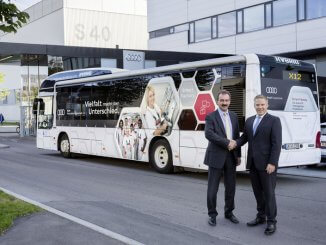 Partner des ÖPNV: Oberbürgermeister Dr. Christian Lösel (r.) und Audi-Werkleiter Albert Mayer