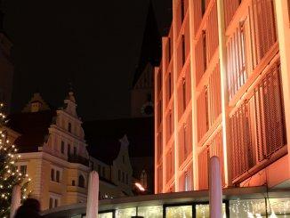 Das neue und das alte Ingolstädter Rathaus, im Hintergrund die Moritzkirche