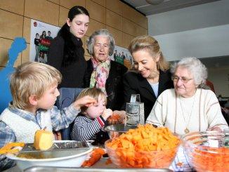 Auch ein Thema für die Politik: Ursula von der Leyen im SOS-Mehrgenerationenhaus Salzgitter