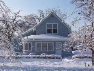 Raues Winterwetter geht Gebäuden oder Materialien an die Substanz