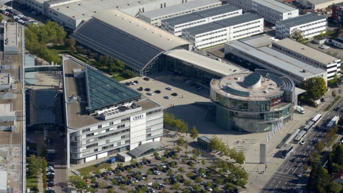 Das Audi museum mobile (rundes Gebäude, rechts), das Bürogebäude Markt und Kunde (Dreieckbau, links) und das Kundencenter (Hangar in der Mitte)