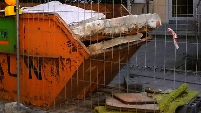 Bauschuttabfälle wie Fliesen, Ziegel, Steine, Keramik und Beton