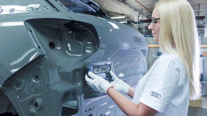 Produktion Audi Q2 Lackiererei: Anbringen des Typzeichens an der Dekorlinie