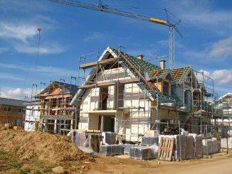 Nach der Bauzeit sollte der Abschluss von Wohngebäude-, Hausrat- oder Gebäudehaftpflichtversicherung geprüft werden.
